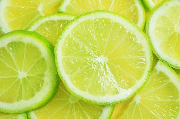 Gros plan de citron vert en tranches.