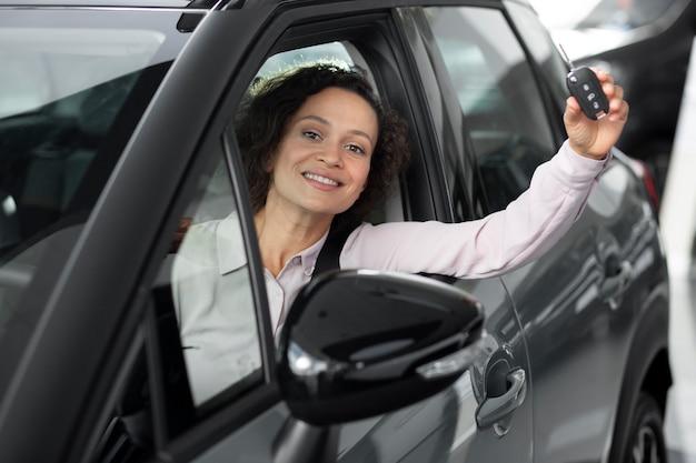 Gros plan sur un client heureux chez un concessionnaire automobile