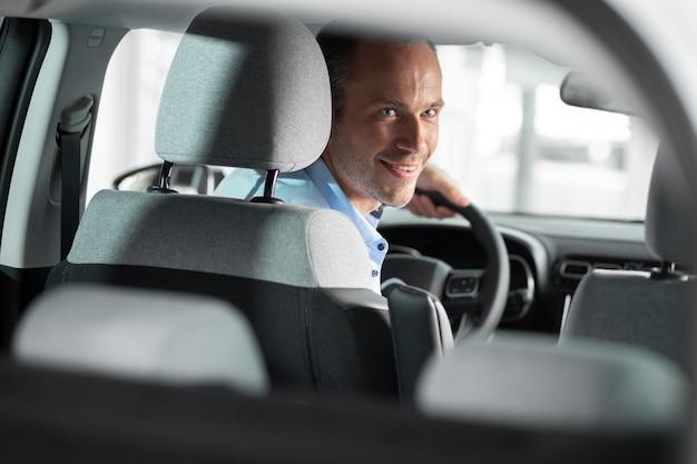 Gros plan sur le client avec un homme d'affaires chez un concessionnaire automobile