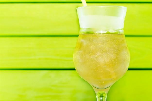 Gros plan sur un cocktail avec de l'azote liquide