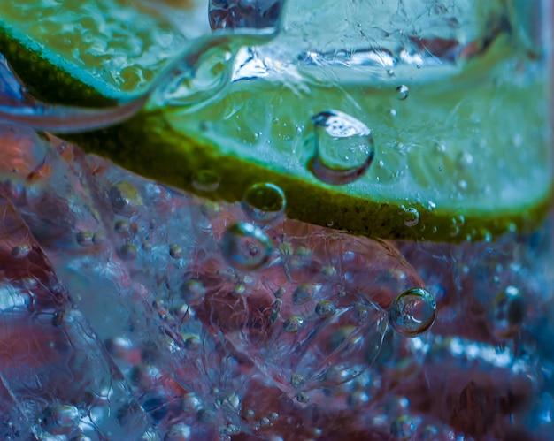 Gros plan d'un cocktail avec des bulles