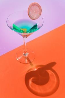 Gros plan d'un cocktail d'été décoré