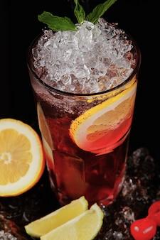 Gros plan de cocktail exotique