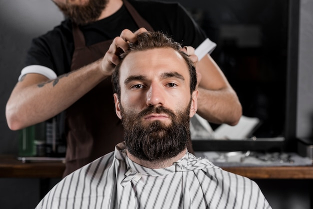 Gros plan, coiffeur, styling, homme, cheveux