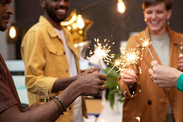 Gros plan sur des collègues heureux avec des feux d'artifice