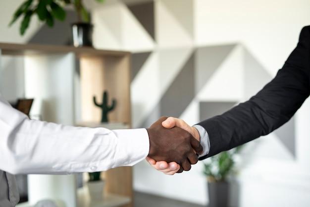 Gros plan de collègues se serrant la main