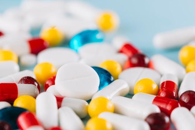 Gros plan, coloré, pilules, seringue