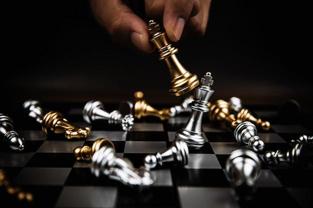 Gros plan sur les combats d'échecs roi sur un échiquier