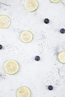 Gros plan sur la combinaison de citron et de fruits frais