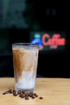 Gros plan, comment, faire, glace, latte, café, glace, latte, sur, table bois