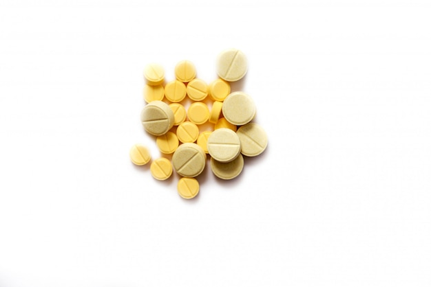 Gros plan d'un comprimé jaune sur isolé