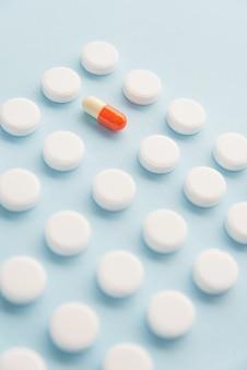 Gros plan des comprimés blancs