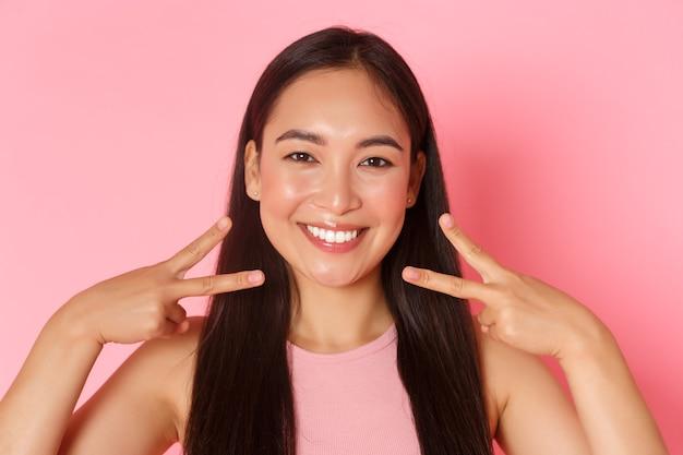 Gros plan sur le concept de mode et de mode de vie de la belle fille asiatique glamour avec un sourire parfait blanc ...