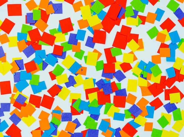 Gros plan de confettis colorés au carré