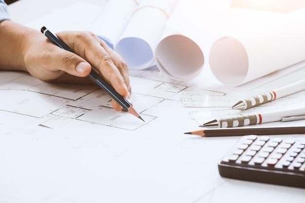 Gros plan, de, confiant, architecte, femme, dans, décontracté, porter, bureau concept de construction sur le projet.