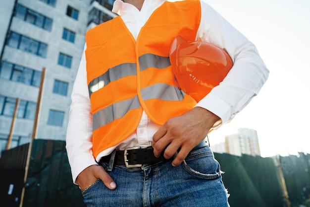 Gros plan d'un contremaître méconnaissable en vêtements de travail sur un chantier de construction