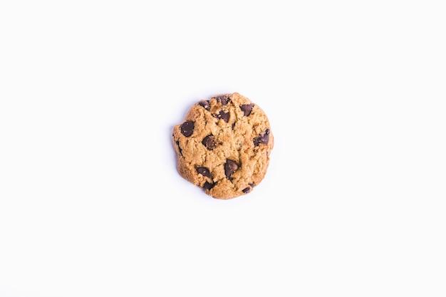 Gros plan d'un cookie aux pépites de chocolat isolé