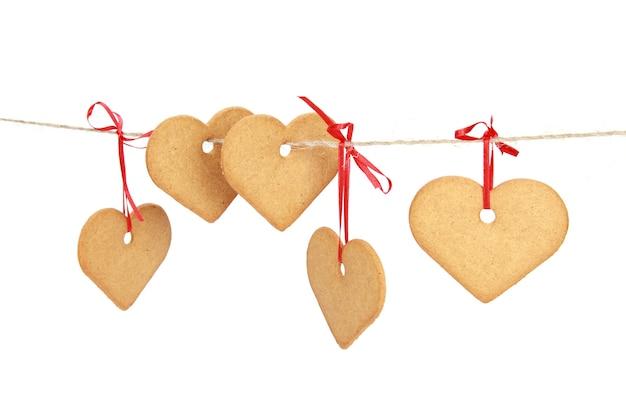 Gros plan de cookies en forme de coeur isolé sur fond blanc