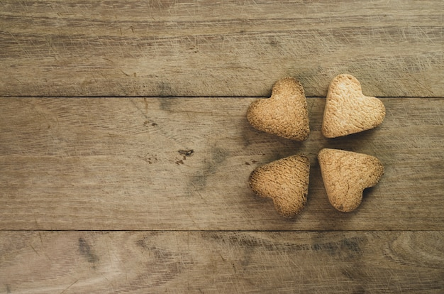 Gros plan de cookies en forme de foyer sur fond de bois