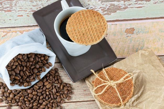 Gros plan des cookies stroopwafel servis avec une tasse de café.