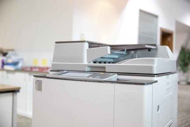 Gros plan sur le copieur dans la salle de photocopie.