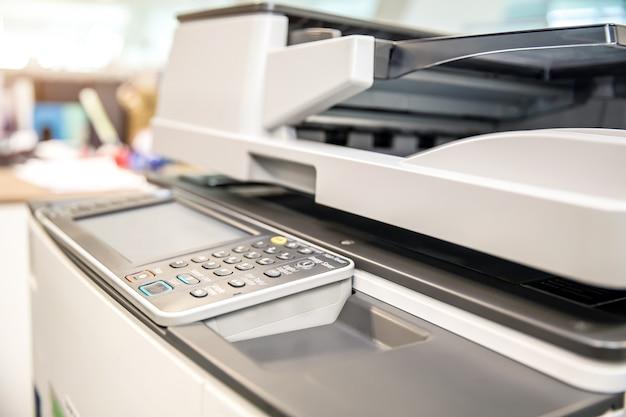 Gros plan sur le copieur sur le lieu de travail.