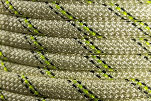 Gros plan sur une corde d'escalade sportive enroulée. équipement de randonnée sur corde raide