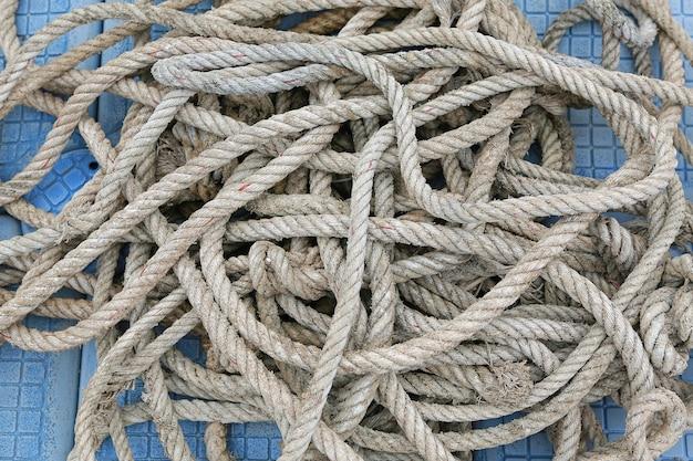 Gros plan de corde de navire sur un ponton flottant.