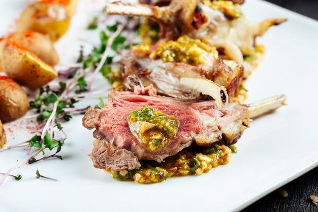 Gros plan sur les côtelettes d'agneau frites gastronomiques avec sauce