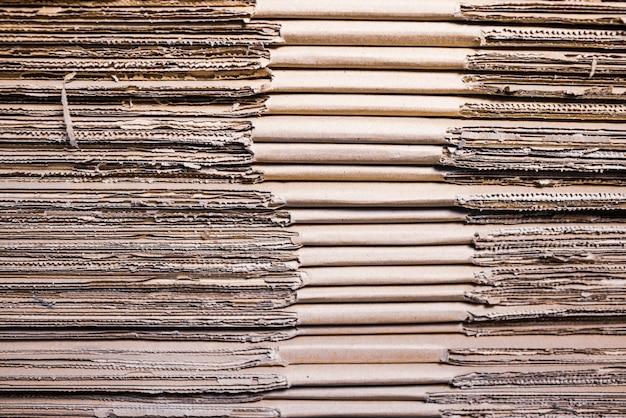 Gros plan sur les côtés de piles de carton pliées les unes sur les autres. concept de stockage de boîtes de matériaux écologiques et renouvelables.