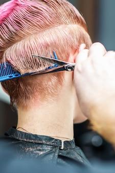 Gros plan de coupe de cheveux