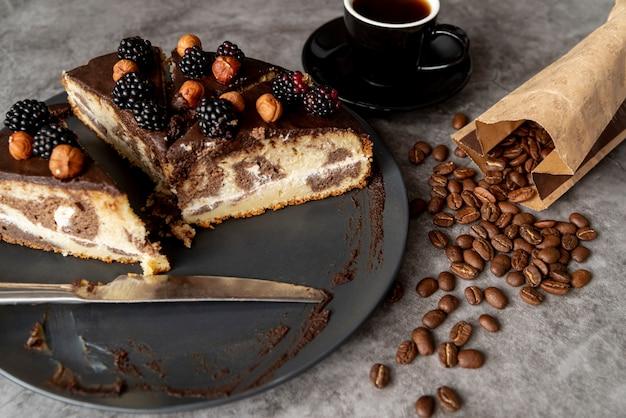 Gros plan couper le gâteau avec du café