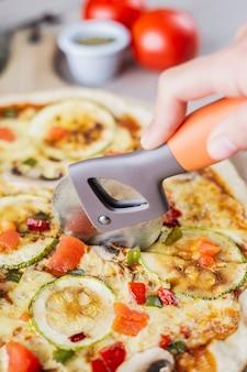 Gros plan, couper, pizza, végétalien, courgettes