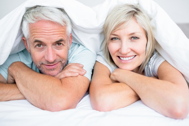 Gros plan d'un couple d'âge mûr au lit