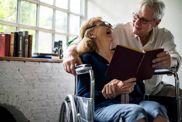 Gros plan, couple aîné, lecture, ensemble, heureux, moments