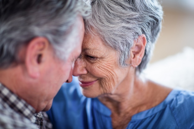 Gros plan, couple aîné, s'embrasser