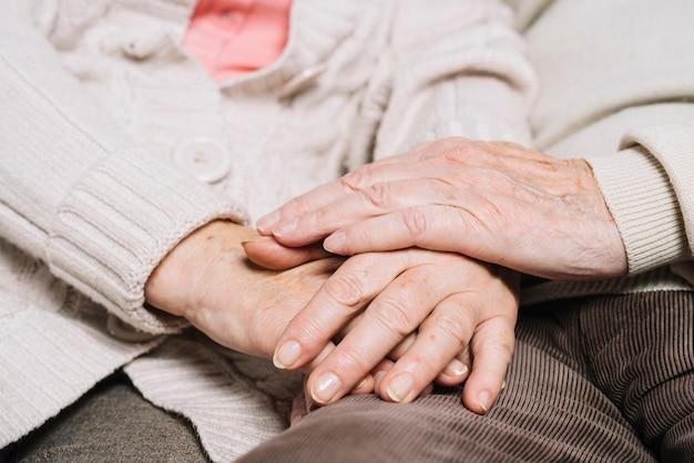 Gros plan, couple aîné, tenant mains