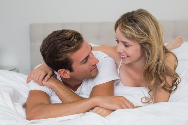 Gros plan d'un couple d'amoureux au lit