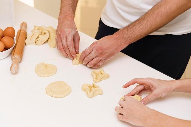 Gros plan, couple, confection, formes, pâte