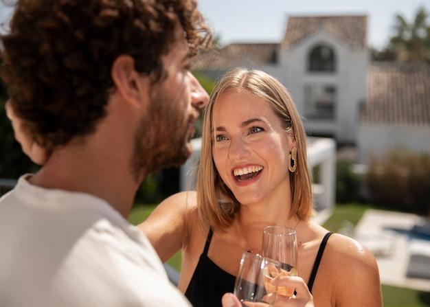 Gros plan sur un couple dans une maison de voyage de luxe