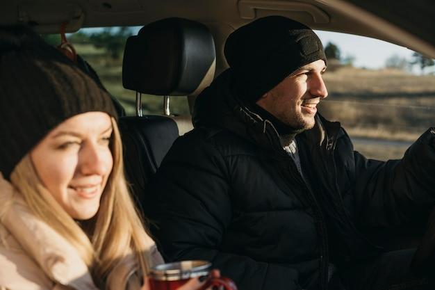 Gros plan, couple, dans voiture