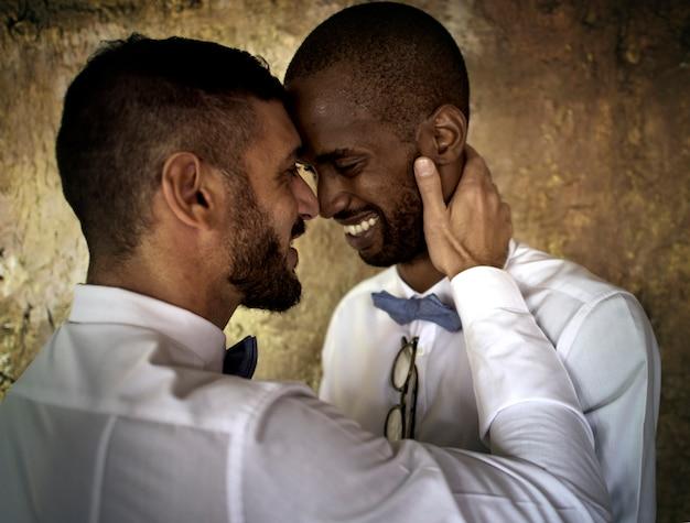 Gros plan, couple gay, sourire, ensemble