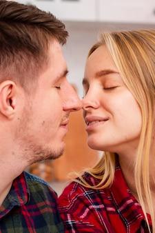 Gros plan couple geste romantique
