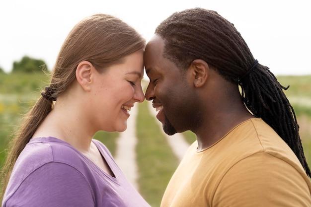 Gros plan couple heureux posant
