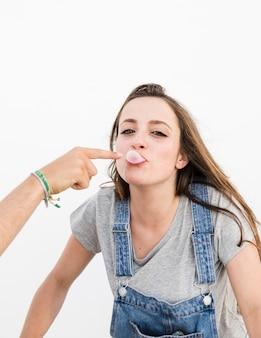 Gros plan, couple, jeu, bubble-gum