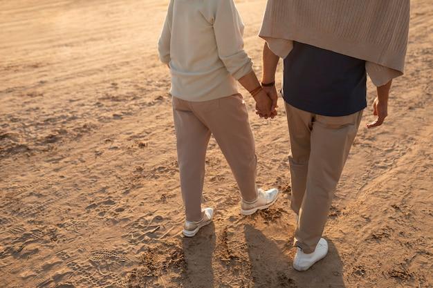 Gros Plan Couple Main Dans La Main Photo Premium