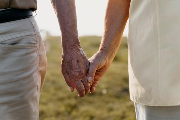 Gros plan couple main dans la main