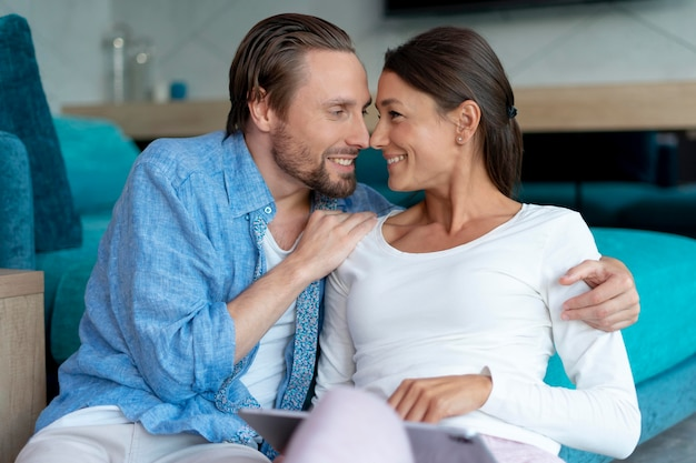 Gros plan sur un couple à la maison partageant des moments tendres
