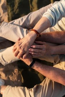 Gros plan couple de personnes âgées main dans la main
