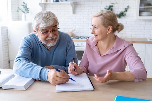 Gros plan sur un couple de personnes âgées tout en apprenant